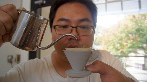 清水模花器 咖啡系列超療癒許晉榮設計清水模花器,最新推出的咖啡系列,將迷你花器設計成咖啡器具,即可愛又讓人感到療癒。中央社記者吳哲豪彰化攝 109年1月29日