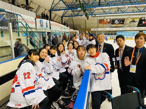 ▲中華女子U18冰球隊在世界盃二級賽事摘得金牌。(圖/中華冰球協會提供)