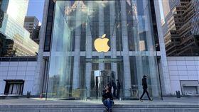 蘋果旺季營收破紀錄  獲利恢復成長蘋果公司28日公布消費旺季財報,在iPhone等產品熱賣刺激下,營收創歷史新高,獲利也恢復成長。圖為紐約市曼哈頓第五大道蘋果直營店外觀。中央社記者尹俊傑紐約攝  109年1月29日