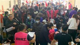 民眾擠爆光復高雄總部進行罷韓連署。(圖/翻攝自WeCare高雄臉書)