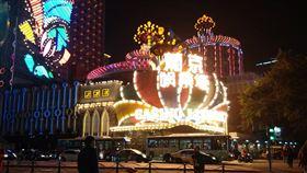 賭場帶動澳門經濟起飛  產業單一化澳門2002年開放賭權後,外資賭場大量進駐澳門,帶動澳門經濟快速起飛,但也有產業過於單一的隱憂。圖為2015年的葡京娛樂場。中央社記者陳家倫澳門攝  108年12月17日