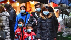 北市民眾禦寒外套口罩上身因應寒流來襲與武漢肺炎防疫,29日在台北市公共場所大多數民眾都穿上厚重外套並戴口罩保護自己。中央社記者王飛華攝  109年1月29日