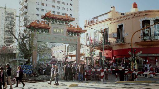 阿根廷導演拍紀錄片 刻劃台灣移民者圖像布宜諾斯艾利斯唐人街中式牌樓內的空間,讓阿根廷導演羅德里格茲想起侯孝賢的電影,他在這裡拍台灣移民的故事,讓阿根廷人更了解台灣移民。(羅德里格茲提供)中央社記者汪碧治布宜諾斯艾利斯傳真 109年1月29日