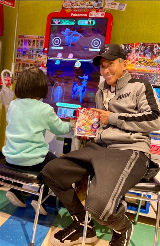 1.潘若迪犒賞女兒拉拉考試好成績,過年帶她到日本玩寶可夢遊戲機台。艾迪昇傳播提供2.拉拉此次日本收集遊戲卡,收穫頗豐。艾迪昇傳播提供