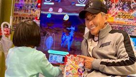 1.潘若迪犒賞女兒拉拉考試好成績,過年帶她到日本玩寶可夢遊戲機台。艾迪昇傳播提供  2.拉拉此次日本收集遊戲卡,收穫頗豐。艾迪昇傳播提供