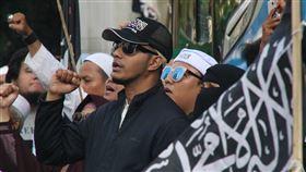 伊斯蘭防衛者陣線指控學者褻瀆宗教伊斯蘭防衛者陣線與「212運動」聯盟2019年12月在警察總部刑事警察局發起抗議,指控印尼大學講師艾德等3人褻瀆宗教,要求將他們逮補。中央社記者石秀娟雅加達攝  109年1月29日