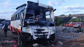 徹夜搶救!印度馬哈拉什特拉省(Maharashtra)納西(Nashik)地區發生巴士撞電動三輪車慘落水井意外,釀26死(圖/美聯社/達志影像)