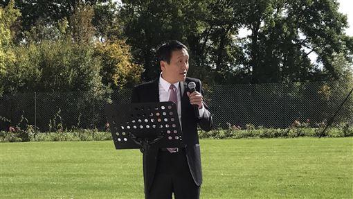 朱敬一推經貿外交 台灣蘭花展吸睛中華民國駐世界貿易組織(WTO)代表團,舉辦蘭花展十分吸睛,駐WTO代表朱敬一當地時間12日在酒會致詞,說明許多蘭花品種都與台灣有關。中央社記者唐佩君日內瓦攝  106年10月13日