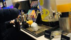 團員用保溫瓶在飲料區裝滿果汁。(圖/翻攝自爆怨公社FB)