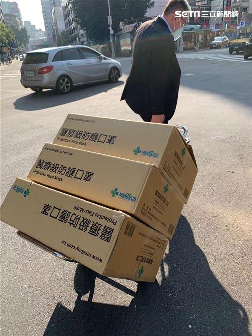 松基里里長開心收下汪小菲捐贈的五千個口罩。(圖/SHotel提供)