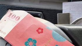 這就是台灣人啦!女乘客除夕送紅包 客運司機感動發認親文(圖/翻攝自爆廢公社)