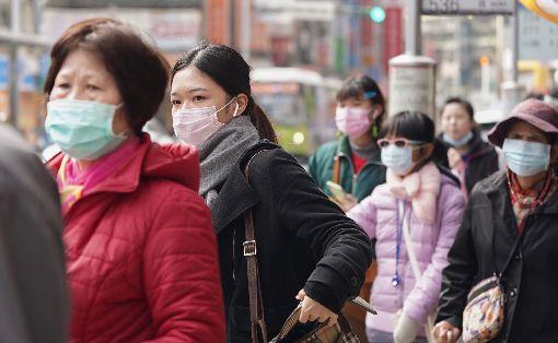 寒流持續影響(3)中央氣象局表示,寒流及輻射冷卻效應影響,清晨夜裡氣溫低,31日各地大多為晴到多雲天氣。不少民眾除穿戴厚重衣物禦寒外,也戴上口罩防疫。中央社記者徐肇昌攝 109年1月31日