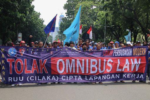 數千印尼勞工抗議吸引外資新法數千名印尼勞工30日走上街頭,抗議印尼總統佐科威即將提出的創造就業綜合法案。他們指出,政府要吸引外資,應提高勞工素質,不是打壓勞工權益。中央社記者石秀娟雅加達攝 109年1月31日