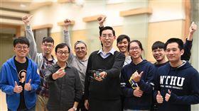清華大學研發仿視神經AI晶片國立清華大學電機系教授鄭桂忠(前右3)、生命科學系教授羅中泉(前左2)率領團隊研發仿生物視覺神經的AI晶片,讓無人機模仿果蠅,自動閃避障礙物飛行。(清華大學提供)中央社記者魯鋼駿傳真 109年1月31日