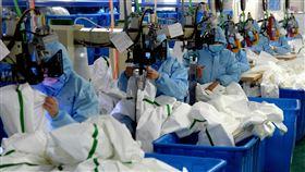 中國醫療物資緊缺 日薪4000元召不回工人陸媒報導,武漢肺炎疫情大爆發,中國醫療物資正面臨嚴重緊缺,但湖北口罩工廠開出日薪人民幣870元(約新台幣4000元)也召不回工人。圖為安徽合肥一家工廠正在趕製防護服。(中新社提供)中央社 109年1月31日