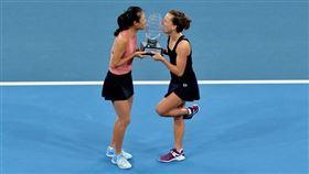 ▲謝淑薇與史翠可娃拿下布里斯本網賽女雙冠軍。(圖/翻攝自謝淑薇臉書)