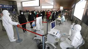 上海將實施預約登記購買口罩中國上海市31日宣布,為進一步加強武漢肺炎防控,全市統一從2月2日開始,口罩改採預約登記購買。圖為上海26日起在所有火車站出口設置測溫點,對抵達上海的旅客全部進行體溫檢測。(中新社提供)中央社 109年1月31日