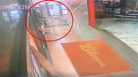 廖姓男子半夜到ATM前提款,卻忘記密碼,氣到拿拐杖砸提款機。(圖/翻攝畫面)