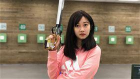 台灣射擊女將吳佳穎 靠做指甲紓壓(1)台灣射擊女將「證件妹」吳佳穎持續備戰2020東京奧運,她31日透露,在比賽和訓練之餘,會靠著做指甲紓壓,自己還備有光療機。中央社記者黃巧雯攝 109年1月31日
