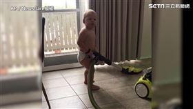 國外一名爸爸一個人在家顧了兩個小孩,卻比誰都還輕鬆的癱在沙發上。