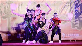 陣頭加舞蹈 鐵四帝文藝團創新不落俗套鐵四帝文化藝術創意舞蹈團1日受邀在台灣戲曲中心「年味復興‧陣頭狂響」戶外活動中演出,現場結合傳統家將文化及創新街舞,詮釋了不同的八家將藝術之美,2日晚間還有一場演出。(台灣戲曲中心提供)中央社記者趙靜瑜傳真  109年2月2日