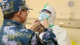 武漢肺炎疫情擴散,中國解放軍投入防疫工作。醫護人員,防護衣,口罩,物資(圖/翻攝自中國軍網微信))