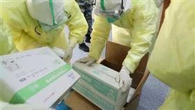 武漢肺炎疫情擴散,中國解放軍投入防疫工作。醫護人員,防護衣,口罩,物資(圖/翻攝自中國軍網微信)