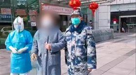 中國武漢肺炎。圖為痊癒的患者王阿姨,1月28日從武昌醫院出院。(圖/翻攝自中國軍網微信)