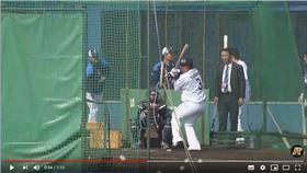 ▲西武獅山川穗高春訓揮擊差點擊中攝影機。(圖/翻攝自太平洋聯盟TV)