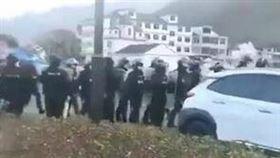 溫州居民遭限制外出…暴怒上街與武警對峙 疑不滿政府措施 圖/翻攝自小妹防爆團臉書