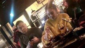 網友在日本撞見張雨綺與新歡用餐。(圖/翻攝自新浪娛樂微博)