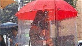 口罩,雨傘,無塵,日本。(圖/翻攝自爆廢公社二館)