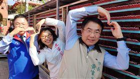 鹽水蜂炮將如期登場台南市長黃偉哲(右)5日出席鹽水蜂炮活動宣傳記者會,邀請民眾來台南參加7日、8日將登場的活動。中央社記者楊思瑞攝  109年2月5日