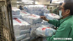 中華郵政今日開始陸續配送口罩到各大健保特約藥局。(圖/民眾提供)