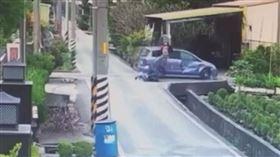 才辦完媽媽告別式載親友搭車 未料駕車撞死騎車婦人(圖/翻攝畫面)