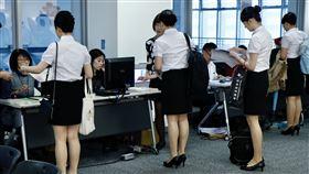 月薪上看8萬!華航空服員初試 6千人搶「70位」超激烈(圖/記者林聖凱攝影)