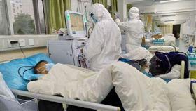 武漢肺炎延燒,中國湖北疫情最嚴重,當地醫護人員全體穿起防護裝。(圖/翻攝自武漢醫院微博)