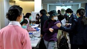 廣州回台需居家檢疫 有人認同也有人立即返陸中央流行疫情指揮中心1日晚間宣布防疫升級,將中國大陸廣東列為二級流行地區,2日起,廣東民眾不得入境,有廣東旅遊史與透過小三通入境者,都須居家檢疫14天。有的民眾認同配合,不過也有旅客當場買機票返回廣州。中央社記者吳睿騏桃園攝 109年2月2日
