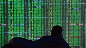 開低收黑  台股跌140.18點台北股市3日開低收黑,收盤跌140.18點,為11354.92點,跌幅1.22%,成交金額新台幣1801.68億元;證券行電視牆呈現一片綠。中央社記者王飛華攝  109年2月3日