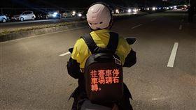 2020台灣燈會 員警LED背包提供最新路況2020台灣燈會8日在台中登場,大甲警分局員警將背LED背包提供最新路況資訊。(大甲警分局提供)中央社記者趙麗妍傳真 109年2月6日