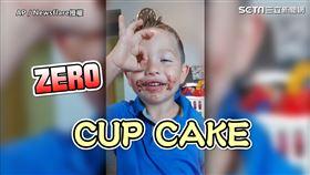 ▲搭配0手勢表示自己吃ZERO CUP CAKE的調皮John。(圖/AP/Newsflare授權)