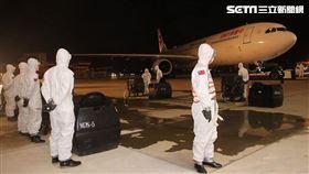 33化學兵群於桃園國際機場管制區內待命實施防疫消毒作業。(圖/翻攝自中華民國陸軍臉書)