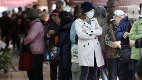 民眾藥局排隊購買口罩(3)中國武漢肺炎疫情延燒,行政院宣布6日起購買口罩採實名制,下午健保特約藥局外民眾大排長龍。中央社記者張皓安攝 109年2月6日