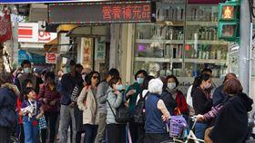 口罩實名制首日 藥局現排隊人潮口罩販售實名制6日上路,台北一家健保特約藥局下午開放登記購買口罩,不少民眾中午就到場排隊。中央社記者裴禛攝 109年2月6日