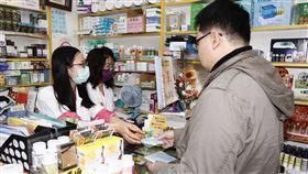 口罩實名制上路,藥局出現購買人潮。(記者/林聖凱攝影)