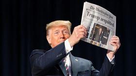 美國總統川普6日在彈劾案無罪脫身後發表勝利談話,大秀華郵頭版標題「川普獲判無罪」。(圖取自twitter.com/Scavino45)