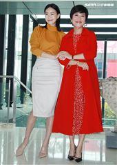 鍾瑶、崔佩儀在「跟鯊魚接吻」飾演母女。(記者邱榮吉/攝影)