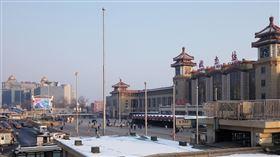 元宵已屆疫情未緩 北京火車站返城人員稀少按中國傳統春節作息,元宵節前是外地民工返城準備開工高峰,但7日下午的北京站廣場,旅客稀少一片空蕩。中央社記者林克倫北京攝 109年2月8日
