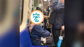 台北女自製「防毒頭盔」全城趴趴走 超狂搭捷運、吃麥當勞!路人看呆(圖/翻攝自爆廢公社)