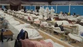 武漢方艙醫院收治大量的輕症患者以及疑似病例。(圖/翻攝自微博)